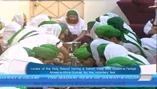 Devotees Of Rasool Having Sahari Meal With Ameer e Ahlesunnat دامت برکاتہم العالیہ